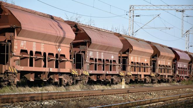 В Ленобласти в вагоне товарного поезда загорелась сера