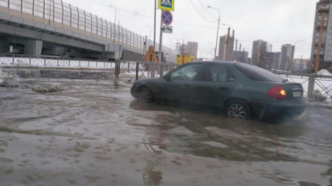 На Выборгском шоссе образовалась загадочная лужа холодной воды