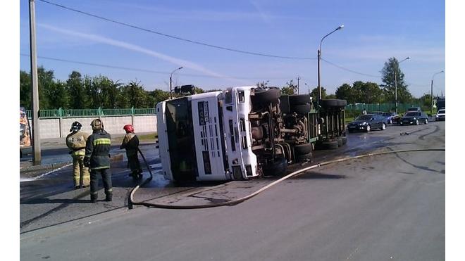 На КАД под Петербургом перевернулся КамАЗ, столкнулись два легковых автомобиля, образовалась пробка