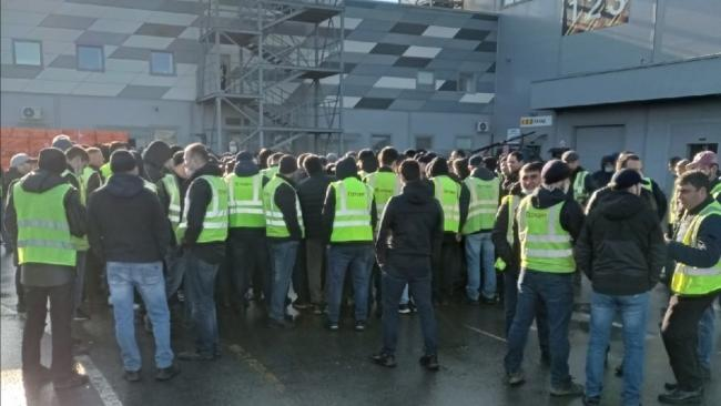 """Руководство """"Петровича"""" решило повысить водителям зарплату после забастовки"""