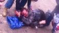 Окровавленный мужчина с пробитым лбом лежит посреди ...