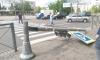 В Петербурге внедорожник врезался в светофор, который упал на двух школьниц