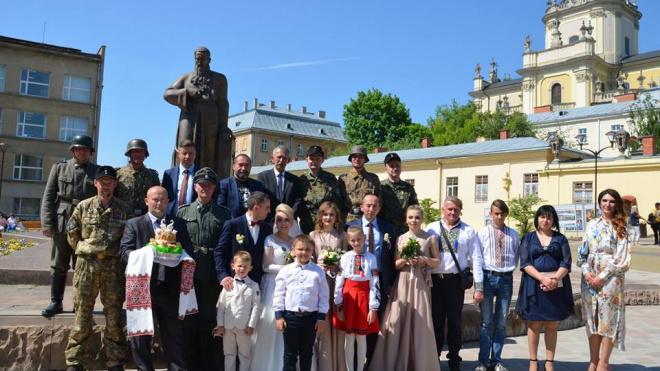 Во Львове гости пришли на свадьбу в нацисткой форме