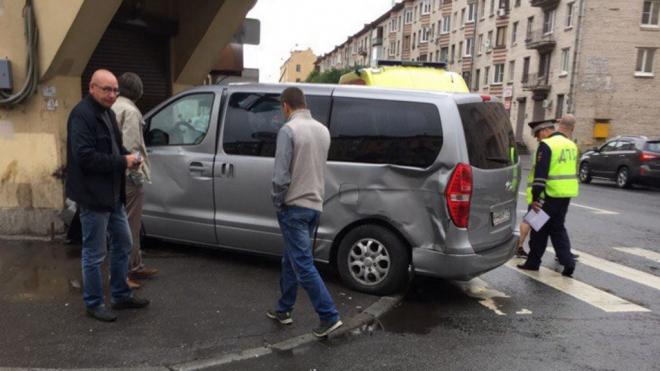 Фото: Иномарка подперла двери магазина после аварии на Курской