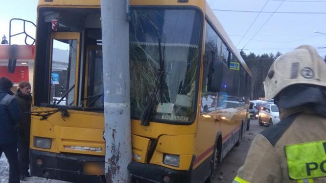 Девять человек пострадали при столкновении автобуса со столбом в Удмуртии