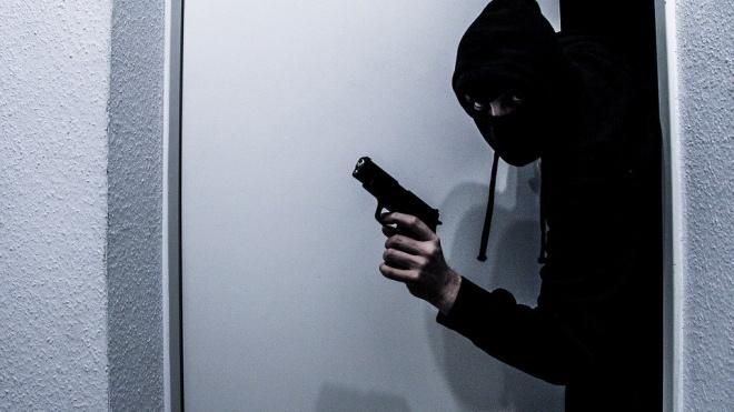 В Кировском районе Петербурга ищут напавшего на магазин мужчину