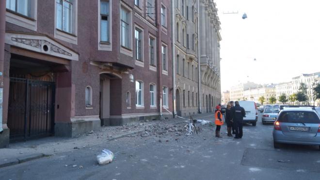 На канале Грибоедова обрушилась часть фасада дома