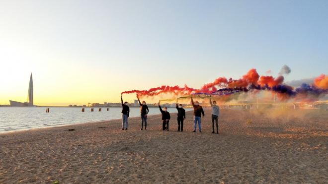 ЛГБТ-активисты зажгли радугу над Невой