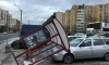 На Шлиссельбургском проспекте автобусная остановка свалилась на автомобили