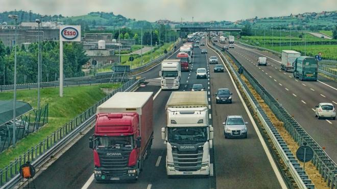 По выходным в летнее время в Ленобласти грузовикам ограничат движение