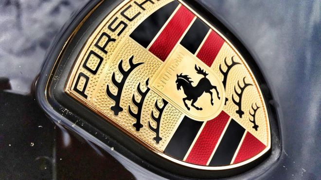На Васильевском острове за 10 минут угнали синий Porsche с красным салоном