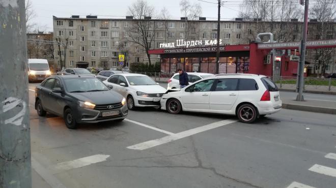 В Невском районе белый автомобиль вылетел на встречку