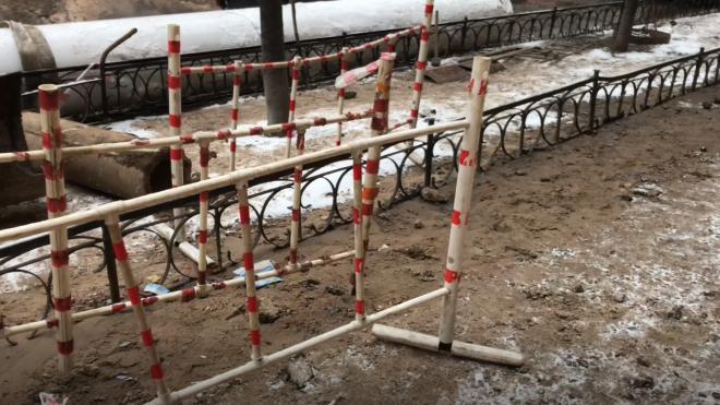Рядом с детской площадкой в Купчино прорвало трубу