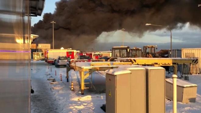 Открытый огонь в ангаре на Московском шоссе ликвидировали
