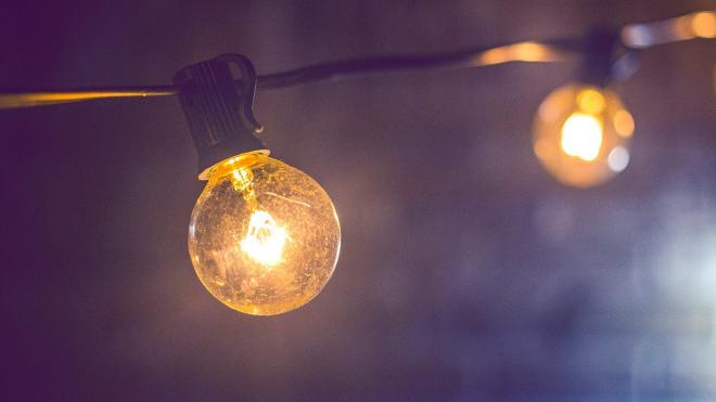 В двенадцати районах Ленобласти временно отключат свет