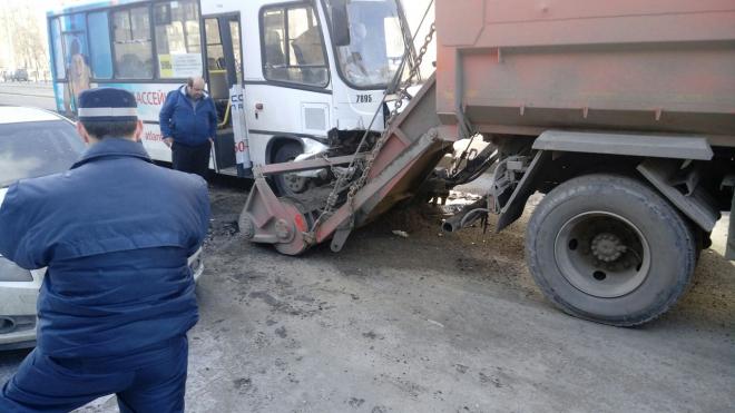 На Дыбенко грязеуборочный КамАЗ порвал передок маршрутке своим агрегатом