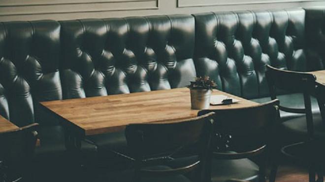 В кафе на проспекте Стачек мужчина ударил посетителя стулом