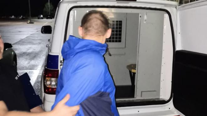 Магазинный вор решил выпить похищенный алкоголь прямо во время задержания