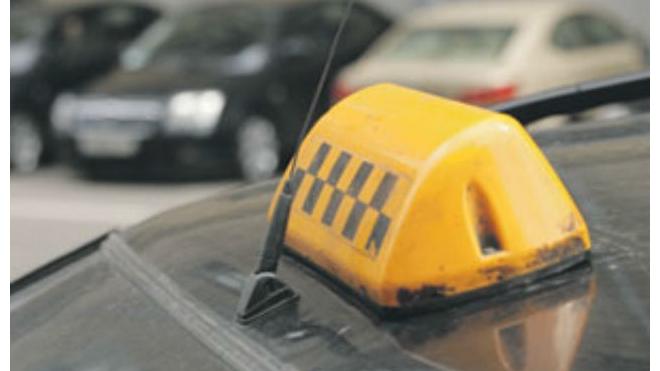 """В Петербурге таксист """"припарковался"""" в жилой дом, сбив водосточную трубу"""