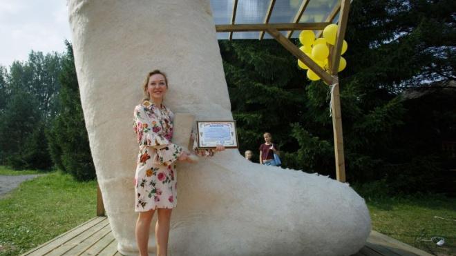 Петербургская художница продает валенок-великан высотой 6 метров