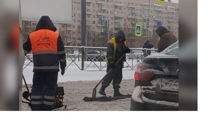 На Долгоозерной улице в разгар снегопада начали укладывать свежий асфальт