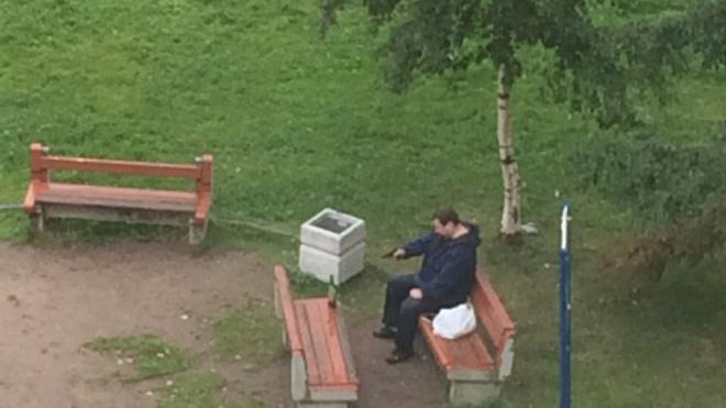 В Колпине пьяный мужик стреляет из пистолета по детской площадке