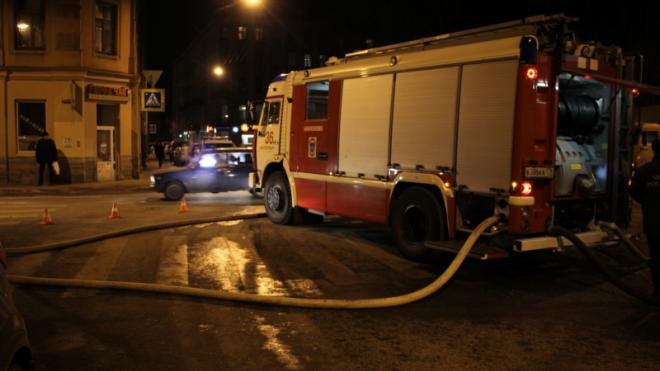 Медики осматривали 90-летнюю женщину в результате пожара в Спасском переулке