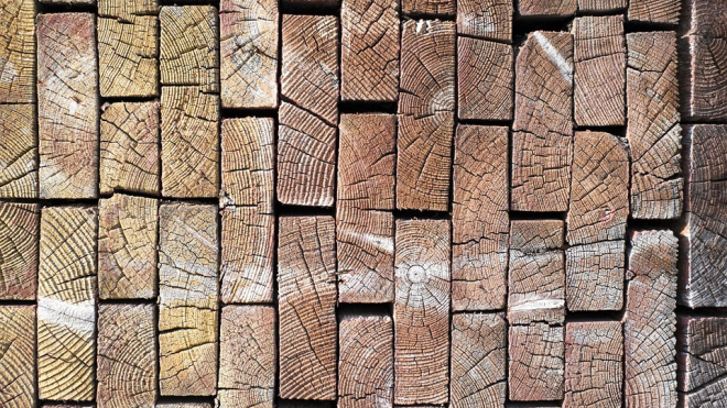 Строительная компания рассчитается с долгами деревянными досками