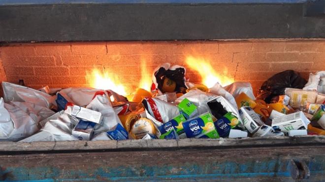 В Петербурге сожгли почти 500 кг санкционного мяса, сыра и колбас