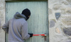 Двое в масках ограбили дом жительницы Петербурга