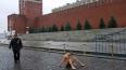 Художник Павленский прибил себя к брусчатке Красной ...