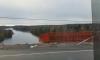 Под Выборгом фура с маслом рухнула с моста: водитель выпрыгнул из кабины на ходу