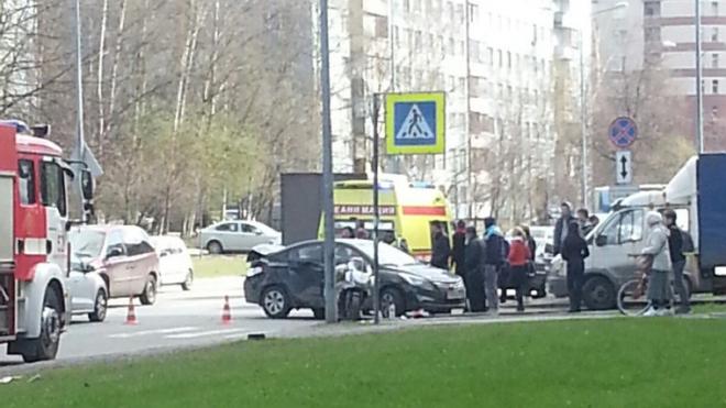На Искровском мотоциклиста и его пассажира выковыривали из под машины