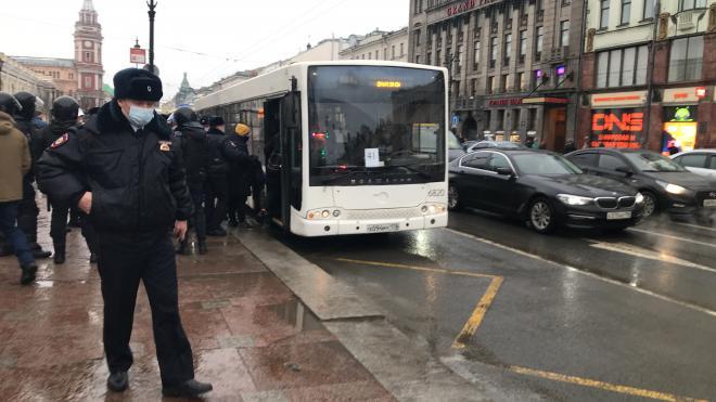 """На """"Гостином дворе"""" силовики докладывают о 160 задержанных"""
