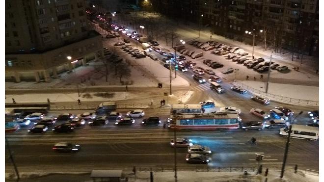 ДТП и ремонт дороги привели к 7-балльным пробкам в Петербурге