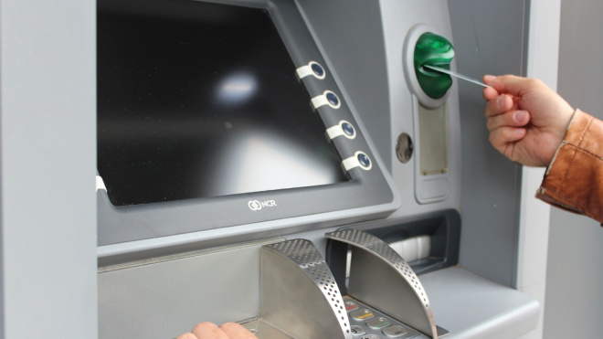 Туриста обокрали у банкомата в Петербурге