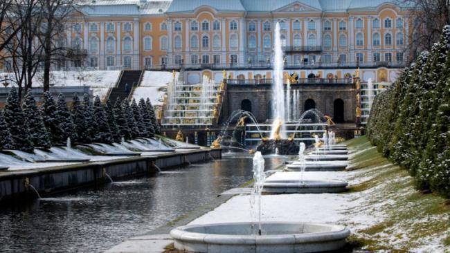 Фонтаны в Петергофе открыли под апрельским снегом