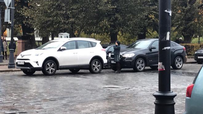 Две иномарки не поделили дорогу в центре Выборга