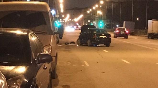 """На улице Бабушкина """"Фольксваген"""" въехала в припаркованные машины"""
