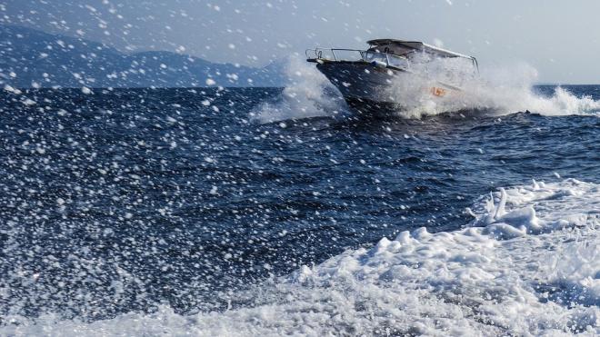 Москвич катался по Неве на катере, но полиция отобрала судно