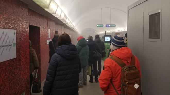 """Утром """"Маяковская"""" закрылась из-за задымления"""