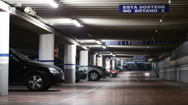 На Ладожском вокзале отменили 15 бесплатных парковочных минут