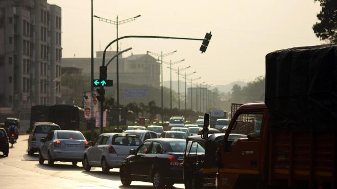 На КАДе в Петербурге водители стоят в четырех многокилометровых пробках