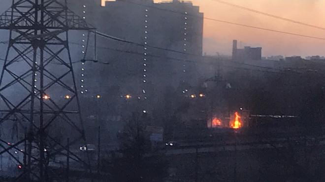 На проспекте Металлистов загорелись бытовки строителей