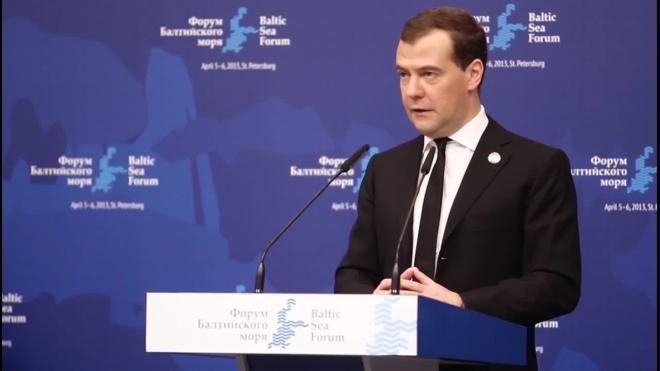 Медведев жестко раскритиковал украинцев за блокировку российских фур