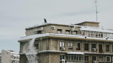 Районные администрации обязали следить за уборкой крыш