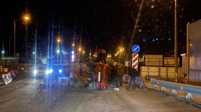 Автомобиль врезался в бетонное ограждение у Красного Села