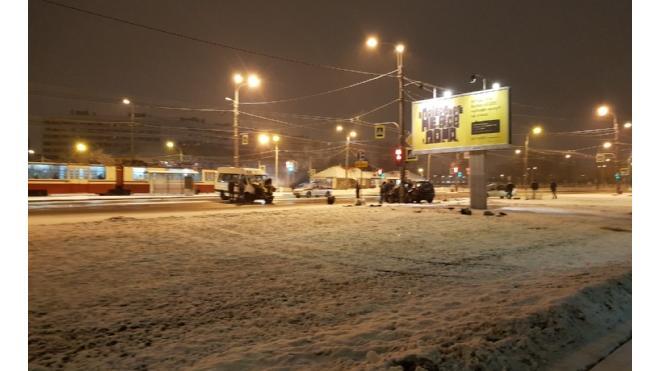 На проспекте Ветеранов столкнулись маршрутка и автомобиль Skoda