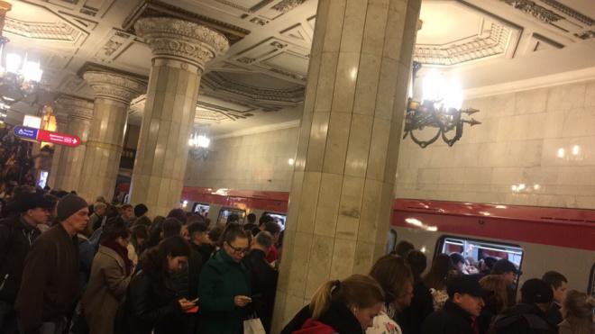 На красной ветке метро Петербурга произошел сбой