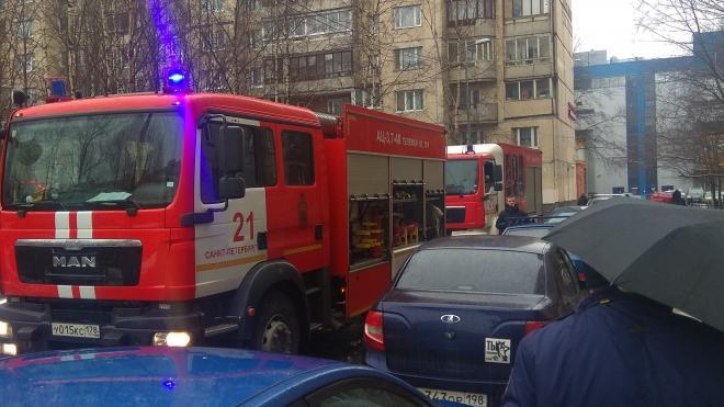 На проспект Энгельса прибыли пожарные